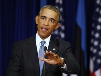 Президент США Барак Обама на пресс-конференции в Таллине 3 сентября 2014 года. Барак Обама осторожно приветствовал сообщения о договоренности между Москвой и Киевом о прекращении огня на Украине, назвав перемирие шансом на урегулирование конфликта, и сказал, что мир на Украине невозможен, пока Россия посылает туда войска под видом ополчения. REUTERS/Larry Downing