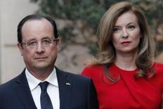 Presidente francês, François Hollande, e sua companheira à época Valerie Trierweiler no Palácio do Eliseu, em Paris. 07/05/2013   REUTERS/Thibault Camus/Pool