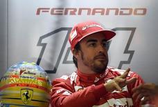 Alonso no pit durante treino para o GP da Bélgica de F1 em Spa-Francorchamps. 22/08/2014 REUTERS/Laurent Dubrule