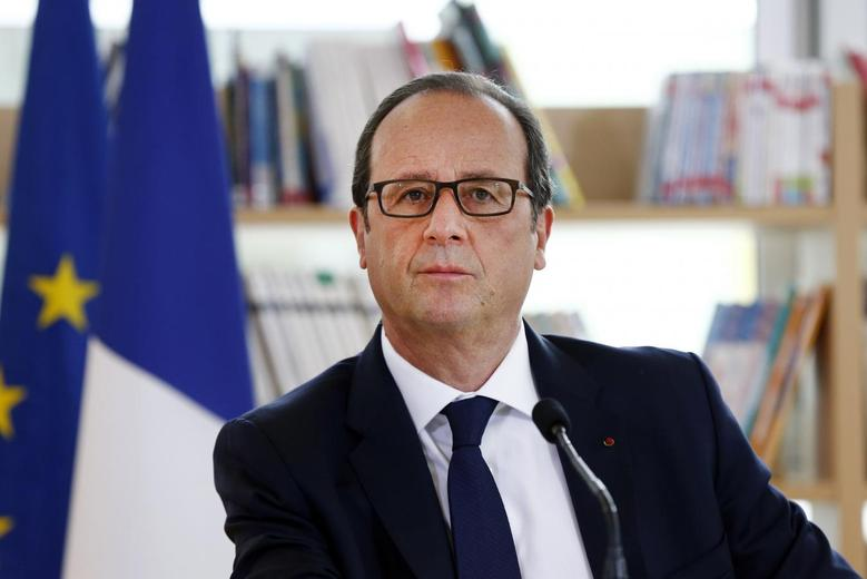 French President Francois Hollande attends a meeting at the College Louise Michel secondary school in Clichy-sous-Bois near Paris September 2, 2014 during a visit on the first day of the new school year in France.   REUTERS/Etienne Laurent/Pool