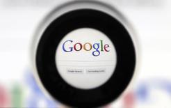 Logo de Google a través de una lupa. Foto de archivo, 30 mayo, 2014. Google anunció que un equipo de investigación dirigido por el físico John Martinis de la Universidad de California Santa Bárbara se unirá a la compañía para iniciar un proyecto que desarrollará procesadores de información cuántica basados en electrónica de superconductores. REUTERS/François Lenoir
