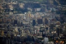 El centro de Caracas visto desde el cerro Avila, ago 25 2014. Los ajustes de la política venezolana para resolver las restricciones cambiarias y enfrentar las distorsiones fiscales y macroeconómicas han sido lentas y limitadas, llevando a que continúe la escasez de divisas y deteriorando las perspectivas de crecimiento y la alta inflación, según un informe especial publicado el miércoles por la agencia Fitch Ratings.      REUTERS/Jorge Silva