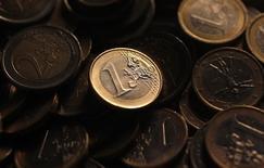 Монеты евро в Риме 9 декабря 2011 года. Курс евро к доллару стабилизировался, поднявшись с годового минимума, и инвесторы ждут решений Европейского центрального банка на совещании в четверг. REUTERS/Tony Gentile