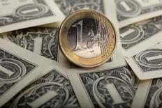 L'euro est tombé brièvement jeudi après-midi sous le seuil de 1,30 dollar, au plus bas depuis plus d'un an, après les propos du président de la Banque centrale européenne Mario Draghi annonçant que la BCE allait procéder à des rachats d'actifs. /Photo d'archives/REUTERS/Kacper Pempel