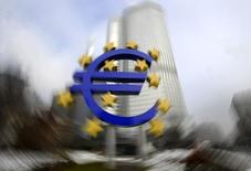 Logo do euro fotografado em frente à sede do Banco Central Europeu, em Frankfurt. 15/01/2009.   REUTERS/Kai Pfaffenbach