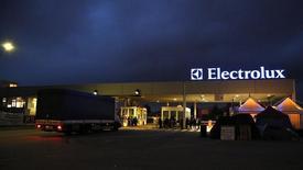 Electrolux est sur le point de conclure un accord portant sur le rachat de la division d'électroménager de General Electric pour un montant de plus de 2,5 milliards de dollars (1,9 milliard d'euros), selon des personnes proches du dossier. /Photo prise le 28 février 2014/REUTERS/Stefano Rellandini