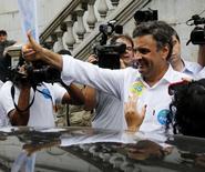 O candidato do PSDB à Presidência, Aécio Neves, faz sinal de positivo em campanha na cidade de Santos (SP). 03/09/2014.REUTERS/Paulo Whitaker