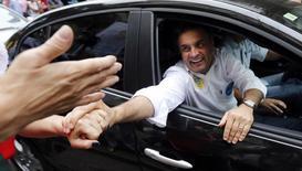 Candidato do PSDB à Presidência, Aécio Neves, cumprimenta eleitores em Santos. 03/09/2014. REUTERS/Paulo Whitaker