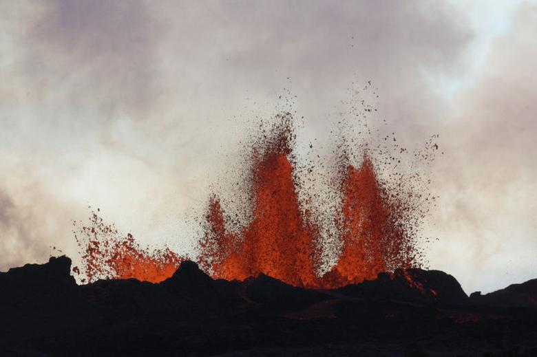 Lava fountains are pictured at the site of a fissure eruption near Iceland's Bardarbunga volcano September 2, 2014. REUTERS/Armann Hoskuldsson