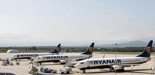 La compagnie irlandaise à bas coûts Ryanair est en discussions avancées pour acheter environ 100 Boeing 737 MAX pour un montant potentiel de 10 milliards de dollars (7,7 milliards d'euros) et l'accord pourrait être bouclé dans les semaines à venir, selon deux sources proches de la situation. /Photo d'archives/REUTERS/Albert Gea
