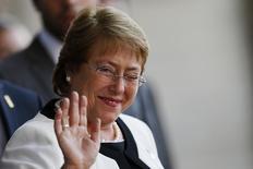Imagen de archivo de la presidenta de Chile,  Michelle Bachelet, durante una cumbre en Brasilia.    Bachelet prevé una importante inyección de recursos fiscales el próximo año para ayudar a impulsar la desacelerada economía del mayor productor mundial de cobre, reportó el domingo un diario local. REUTERS/Ueslei Marcelino.
