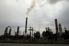 El crudo Brent cayó el lunes por debajo de 100 dólares el barril por primera vez en 14 meses después de que datos de China y Estados Unidos sugirieron un crecimiento más lento que lo esperado en los mayores consumidores de petróleo del mundo. En la imagen, humo de una chimenea en una refinería en Corinto, Grecia, el 24 de enero de 2012. REUTERS/Yiorgos Karahalis