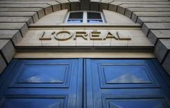 Entrada de prédio da L'Oreal em Paris. 16/08/2013  REUTERS/Christian Hartmann