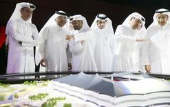 Secretário-geral do comitê organizador da Copa do Mundo de 2022 no Catar,  Hassan Al-Thawadi (centro), durante anúncio do início das obras no estádio Al-Khor. 21/06/2014 REUTERS/Mohammed Dabbous