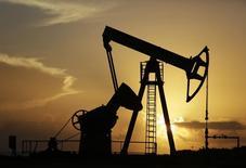Нефтяной станок-качалка компании CUPET близ Гаваны 11 июля 2014 года. Цены на нефть Brent снижаются, но держатся выше $100 за баррель, так как рынок рассчитывает, что ОПЕК сократит добычу после первого за 16 месяцев падения цен ниже $100 в понедельник. REUTERS/Enrique De La Osa