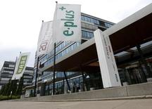 Telefonica Deutschland compte augmenter son capital de 3,62 milliards d'euros pour financer partiellement l'achat de la filiale allemande E-Plus de l'opérateur télécoms néerlandais KPN. /Photo d'archives/REUTERS/Wolfgang Rattay