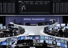 Les Bourses européennes évoluaient en légère baisse à la mi-séance mardi, dans des marchés fragilisés par l'éventualité d'une indépendance de l'Ecosse. À Paris, le CAC 40 cède 0,12%, à 4.469,36 vers 10h40 GMT. À Francfort, le Dax perd 0,1% et à Londres, le FTSE est quasi-stable (-0,07%).  /Photo d'archives/REUTERS