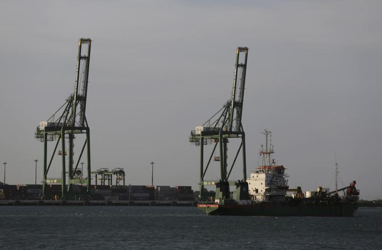 Cranes at Mariel port are seen on the outskirts of Havana August 20, 2014. REUTERS/Enrique De La Osa