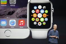 """El presidente ejecutivo de Apple, Tim Cook, habla en un evento de la empresa para presentar el teléfono iPhone 6 y anunciar el Apple Watch en Cupertino en California 9 de septiembre de 2014. Apple Inc presentó al mercado el martes su reloj """"Apple Watch"""", dos nuevos modelos más grandes del iPhone y un nuevo servicio de pagos a través de dispositivos móviles, en un intento del presidente ejecutivo Tim Cook por revivir la reputación de la compañía como líder en innovación. REUTERS/Stephen Lam"""