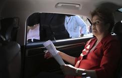 Presidente Dilma em carro durante campanha em São Paulo nesta terça-feira.  REUTERS/Nacho Doce (BRAZIL)