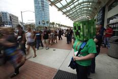 Женщина, одетая как персонаж игры  Minecraft на фестивале Comic-Con в Сан-Диего 13 июля 2012 года. Американская Microsoft Corp ведет предметные переговоры о покупке шведской Mojang AB, создателя хита игровой видеоиндустрии - Minecraft, сообщил Wall Street Journal со ссылкой на осведомленный источник. REUTERS/Mario Anzuoni