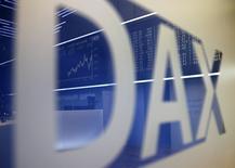 Логотип DAX на Франкфуртской фондовой бирже 8 сентября 2014 года. Европейские фондовые рынки снижаются четвертый день подряд, в лидерах падения - крупнейший испанский банк Santander после смерти его генерального директора. REUTERS/Kai Pfaffenbach