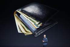 O recurso de pagamentos móveis do próximo iPhone pode ajudar a impulsionar as vendas dos celulares com telas maiores e devolver participação de mercado perdida pela empresa para aparelhos que usam a plataforma Android, do Google. 09/09/2014 REUTERS/Stephen Lam