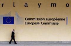 Les nouveaux objectifs de réduction du déficit budgétaire du gouvernement français, tels qu'annoncés mercredi, ne sont clairement pas conformes à ses engagements, estime la Commission européenne. /Photo d'archives/REUTERS/Yves Herman