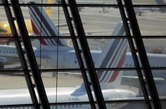 """Air France-KLM présente jeudi aux investisseurs son nouveau plan stratégique """"Perform 2020"""", alors que les syndicats de pilotes d'Air France ont déposé un préavis de grève à partir du 15 septembre susceptible de coûter plusieurs millions d'euros à la compagnie.  /Photo d'archives/REUTERS/Eric Gaillard"""
