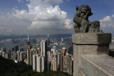 Rascacielos de Honk Kong vistos desde el techo de un edificio estilo chino en Honk Kong, 10 septiembre, 2014.  La inflación al consumidor de China se enfrió más que lo esperado en agosto, una prueba más de que la economía está perdiendo impulso, pero los economistas están divididos sobre si Pekín utilizará el espacio adicional para anunciar nuevas medidas de estímulo. REUTERS/Bobby Yip