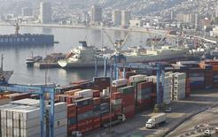 Imagen de archivo de unos contenedores apilados en el puerto de Valparaíso, Chile, abr 5 2013. La alemana Hapag-Lloyd y la chilena Compañía Sudamericana de Vapores (CSAV) obtuvieron el jueves una aprobación condicional de la Unión Europea (UE) para su fusión, la que creará la cuarta mayor firma mundial de transporte de contenedores. REUTERS/Eliseo Fernandez