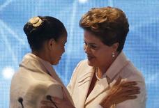 Candidata do PSB à Presidência, Marina Silva, e presidente Dilma Rousseff, que concorre à reeleição pelo PT, se cumprimentam antes de primeiro debate na TV, na Band em São Paulo. 26/8/2014  REUTERS/Paulo Whitaker