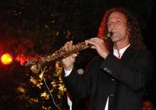 Musician Kenny G performs at a fund-raising reception before a fundraiser chaired by then first lady of California Maria Shriver in Monterey, in this September 5, 2008 file photo.     REUTERS/Bill Auth/Files