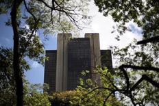 El Banco Central de Brasil en Brasilia, ene 15 2014. El Banco Central de Brasil prolongará su programa de intervención cambiaria hasta 2015 y podría aumentar el ritmo de renovación de sus swaps cambiarios para reducir la volatilidad del real, dijo el viernes una fuente del equipo económico de la presidenta Dilma Rousseff. REUTERS/Ueslei Marcelino