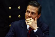 El presidente de México, Enrique Peña Nieto, en una ceremonia en Ciudad de México, sep 3 2014. El presidente de México, Enrique Peña, levantó el viernes restricciones al uso de dólares en efectivo por parte de empresas en el país, en busca de dar un impulso a la ralentizada economía. REUTERS/Tomas Bravo