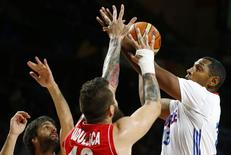 France's Boris Diaw (R) goes up for the basket against Serbia's Miroslav Raduljica (C) and Serbia's Milos Teodosic during their Basketball World Cup semi-final game in Madrid September 12, 2014.   REUTERS/Susana Vera
