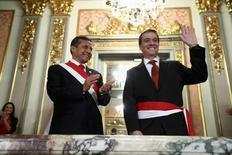 Presidente do Peru, Ollanta Humala, aplaude o novo ministro da Economia, Alonso Segura, em Lima. REUTERS/Palácio Presidencial Peruano/Divulgação via Reuters