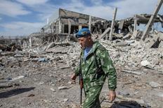 Бывший российский десантник Якут на руинах аэропорта Луганска 14 сентября 2014 года. REUTERS/Marko Djurica