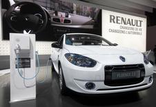 Renault a proposé aux autorités chinoises de produire sur place sa berline électrique Fluence, grâce à laquelle il espère faire une percée sur un marché qui pourrait devenir le premier mondial. /Photo d'archives/REUTERS/Jacky Naegelen