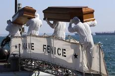 Caixões com corpos de migrantes mortos na travessia do Mediterrâneo da África para a Europa. 26/08/2014  REUTERS/Antonio Parrinello