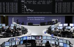 Un grupo de operadores en el parqué de Fráncfort, Alemania, sep 12 2014. Las acciones europeas cerraron en baja el lunes, en una jornada en la que los mercados se movieron en un rango estrecho antes del referéndum sobre la independencia escocesa y de que la Reserva Federal realice una nueva reunión de política monetaria.     REUTERS/Remote/Stringer