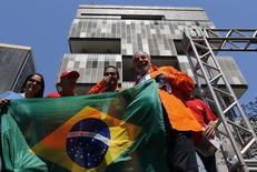 Ex-presidente Luiz Inácio Lula da Silva participa de ato no Rio de Janeiro, na frente da sede da Petrobras, em defesa do pré-sal.  15/9/2014. REUTERS/Sergio Moraes