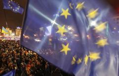 Флаги ЕС и Украины на демонстрации в Киеве 26 ноября 2013 года. Верховная рада и Европарламент ратифицировали соглашение об ассоциации Украины и Европейского союза, отказ от которого в ноябре прошлого года спровоцировал кровопролитные беспорядки в Киеве и стоил президентского кресла промосковскому Виктору Януковичу. REUTERS/Gleb Garanich