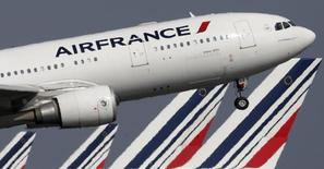 El Airbus A330 de Air France sale del aeropuerto Charles de Gaulle cerca de Paris. Imagen de archivo, 14 septiembre, 2014. La huelga de pilotos de Air France entró el martes a su segundo día sin que las partes logren un acercamiento para resolver la disputa sobre recortes de costos, que ha forzado a la aerolínea a cancelar un 60 por ciento de sus vuelos. REUTERS/Christian Hartmann