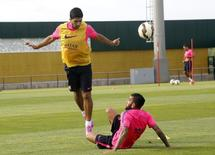 Daniel Alves e Luis Suárez em treino do Barcelona. 15/09/2014  REUTERS/Gustau Nacarino