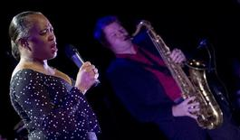 U.S. singer Barbara Hendricks (L) and The Magnus Lindgren Quartet performs jazz music at the Principal theatre in the northern Spanish town of Burgos, November 17, 2006.  REUTERS/Felix Ordonez