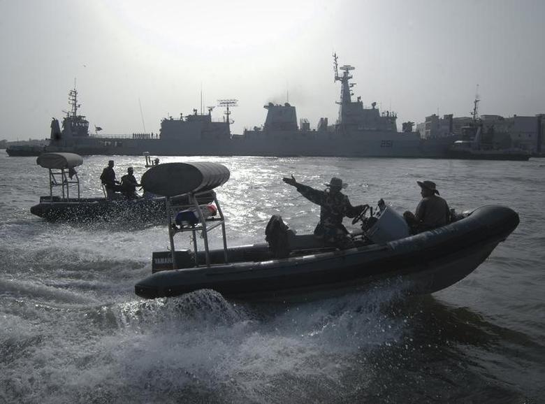 Pakistan Navy personnel keep guard near the Navy ship PNS Zulfiqar after it returned to Karachi  June 23, 2011. REUTERS/Stringer