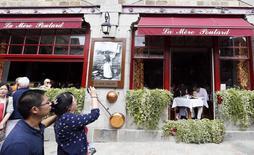 """Turistas caminan cerca de """"La Mere Poulard"""", restaurante simbólico de Le Mont Saint Michel en la región de Normandí, Francia. Imagen de archivo, 24 agosto, 2014. La inflación de la zona euro en agosto fue más alta que lo estimado inicialmente, según datos revisados de la oficina de estadística de la Unión Europa publicados el miércoles, porque los precios de los servicios crecieron más que lo previsto. REUTERS/Regis Duvignau"""