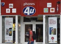 EE, Vodafone et d'autres opérateurs télécoms ont contacté les administrateurs du distributeur de téléphones portables Phones 4U dans le  but de racheter une partie de ses activités, tout comme son concurrent Dixons Carphone. /Photo prise le 15 septembre 2014/REUTERS/Toby Melville