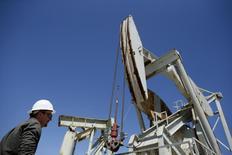 Una unidad de bombeo de crudo en Monterey Shale, EEUU, abr 29 2013. Los inventarios de crudo en Estados Unidos subieron de forma inesperada la semana pasada, debido a un menor procesamiento en refinerías y a un alza de las importaciones, mientras que los de gasolina bajaron y los de destilados subieron, dijo el miércoles la gubernamental Administración de Información de Energía.  REUTERS/Lucy Nicholson